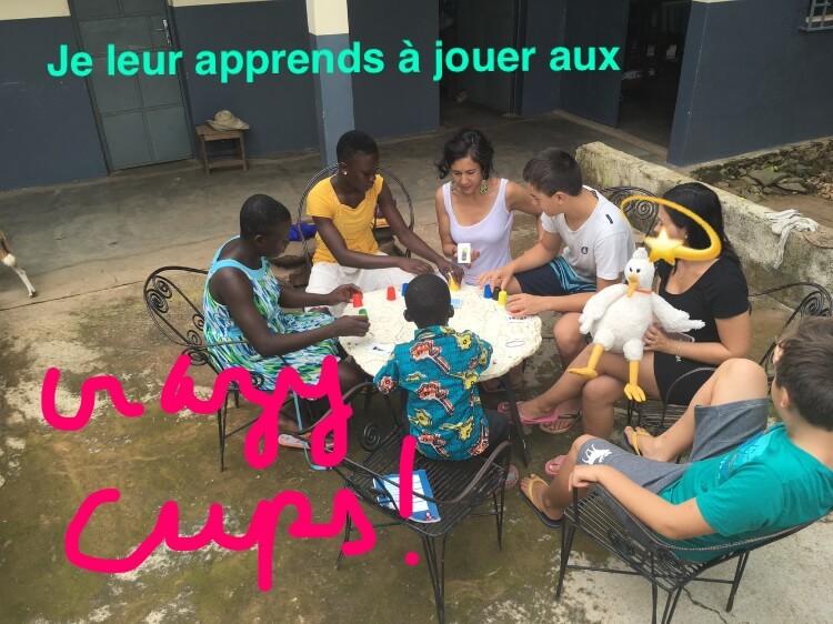 enfants français et togolais jouant au Crazy Cups