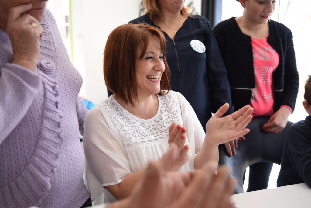 sourires de 4 femmes lors d'une vente à domicile